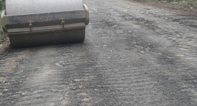 Avanzan trabajos de colocación de carpeta asfáltica en la vía Echeandía – Ventanas