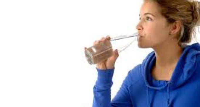 Un exceso de agua tiene riesgos: ¿en qué momento hay que parar de beber?