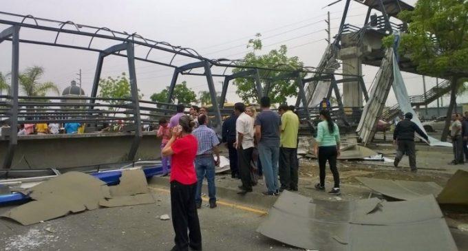 Tráiler tumbó un puente peatonal