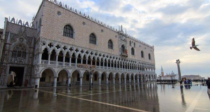 Venecia sufre la segunda marea más alta de su historia.
