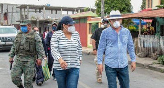 PREFECTO TERÁN Y ALCALDESA DE BABA ENTREGAN RACIONES